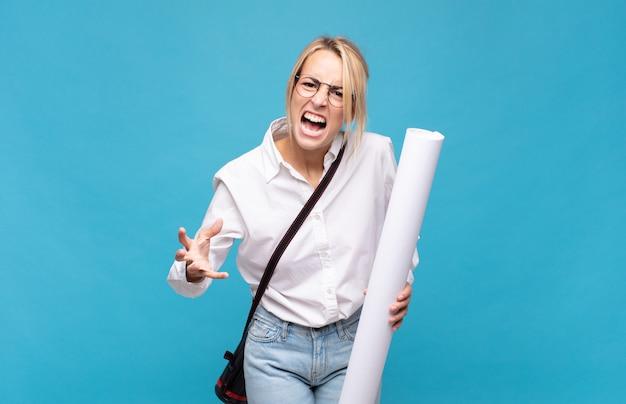 Giovane donna architetto che sembra arrabbiata, infastidita e frustrata urlando wtf o cosa c'è che non va in te