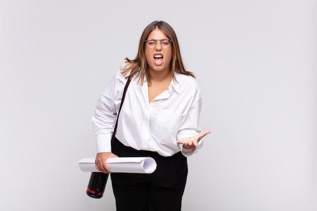 Giovane donna architetto che sembra arrabbiata, infastidita e frustrata, urlando o cosa c'è che non va in te