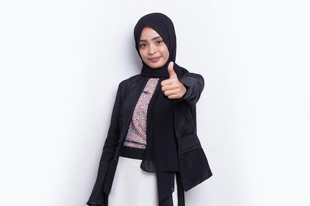 Giovane bella donna musulmana asiatica con gesto di segno ok tumb up isolato su sfondo bianco