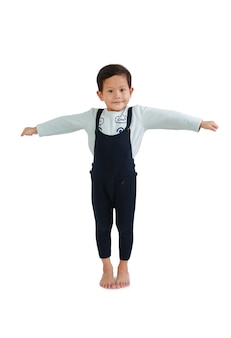 Giovane ragazzo asiatico in casual con le braccia aperte isolato su sfondo bianco. immagine con tracciato di ritaglio