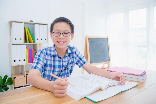 Libro di lettura del giovane ragazzo asiatico