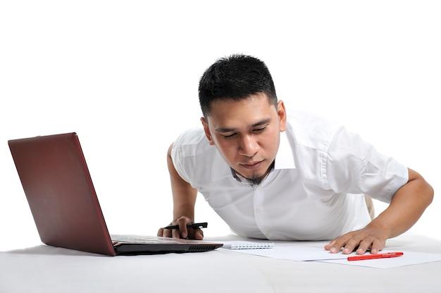 Giovane uomo d'affari/imprenditore asiatico o libero professionista sdraiato sul pavimento. concetto di libero professionista.