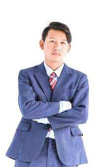 Ritratto di giovani uomini d'affari asiatici in tuta isolato su sfondo bianco