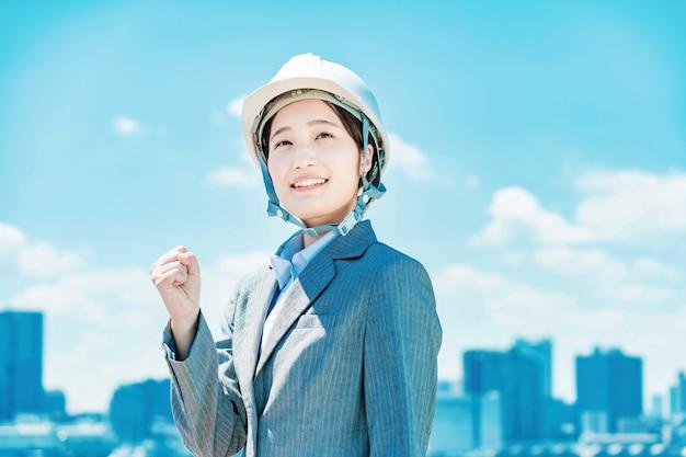 Giovane donna d'affari asiatica in un casco