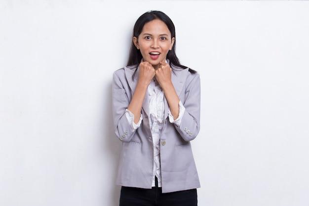Giovane donna d'affari asiatica scioccata che copre la bocca con le mani per errore concetto segreto
