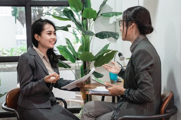 Giovani donne asiatiche di affari che si incontrano in un caffè