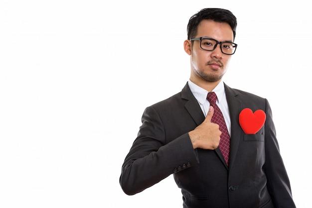 Giovane uomo d'affari asiatico rinunciare pollice con cuore rosso sulla sua tuta