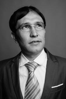 Giovane imprenditore asiatico indossando occhiali da vista
