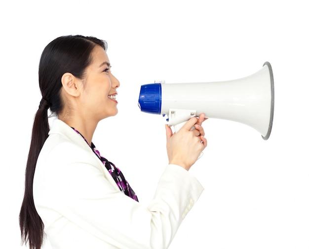 Giovane donna di affari asiatica che usando un megafono