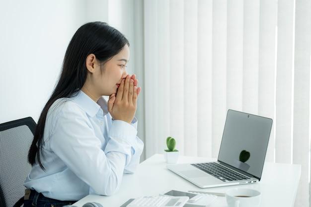 Il concetto di riunione virtuale di videoconferenza della giovane donna d'affari asiatica lavora da casa