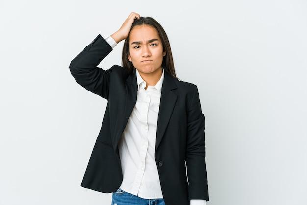 La giovane donna asiatica di affari isolata su bianco che è scioccata, ha ricordato la riunione importante.