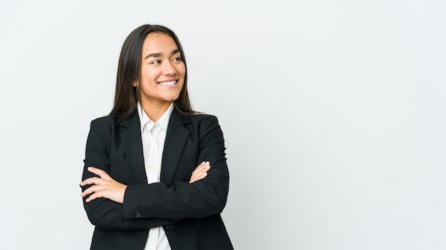 Giovane donna asiatica bussines isolata sul muro bianco sorridente fiducioso con le braccia incrociate