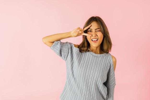 Giovane donna allegra asiatica