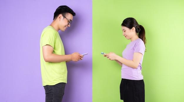 Giovani coppie asiatiche che utilizzano smartphone, concetto di amore a lunga distanza