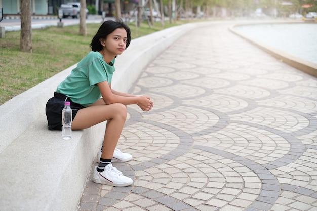 Esercizio di giovane ragazza asiatica al parco della salute.