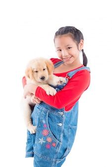Giovane ragazza asiatica che tiene il suo cane e sorride su sfondo bianco