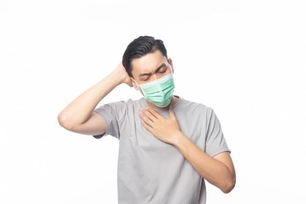 Giovane uomo asiatico in maschera igienica che soffre di mal di gola e che ha influenza, 2019-ncov o coronavirus. malattie respiratorie sospese nell'aria come il combattimento con pm 2.5.