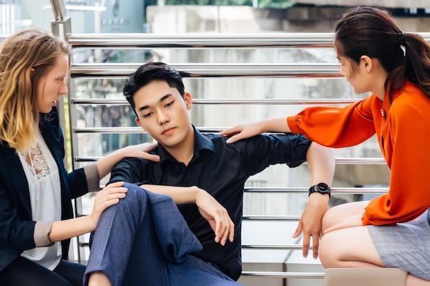 Un giovane asiatico è stressato e rattristato dalla sospensione e preoccupato