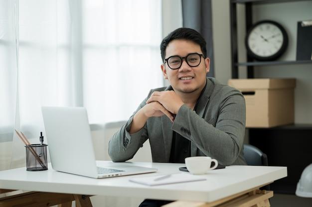 Giovane uomo asiatico che lavora da casa