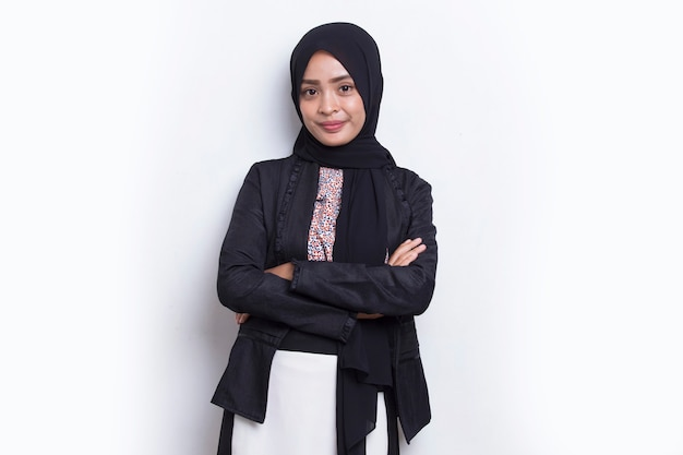 Giovane donna d'affari musulmana asiatica in sciarpa testa sorriso con le braccia incrociate su sfondo bianco