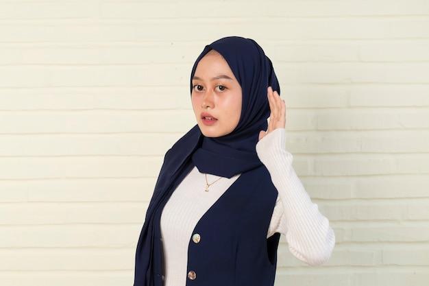 Le giovani donne musulmane asiatiche stanno ascoltando