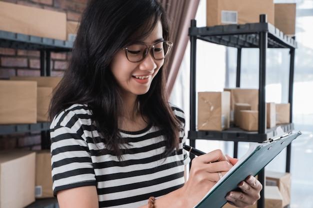Giovane imprenditore online asiatico