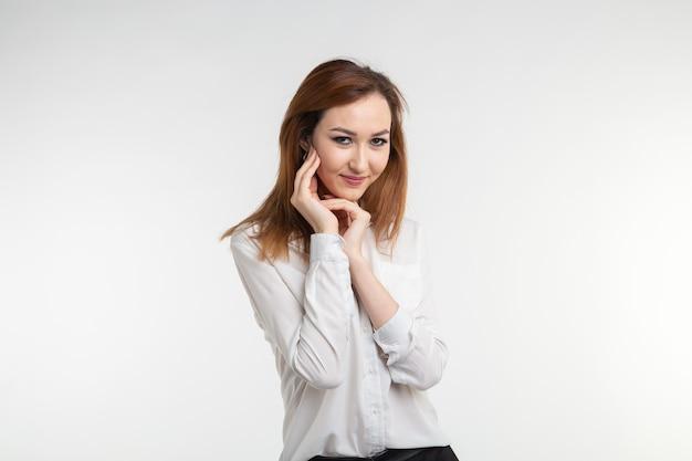 Giovane donna asiatica piuttosto giovane vicino ritratto su sfondo bianco.