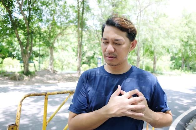 Giovane sportivo asiatico sensazione di dolore al petto e aritmia dopo l'esercizio