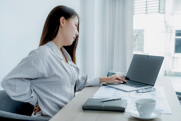 Giovani insegnanti asiatici insegnano divertendosi online dal loro ufficio a casa