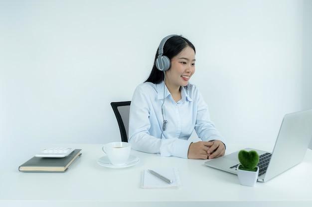 I giovani insegnanti asiatici insegnano online dal loro ufficio a casa