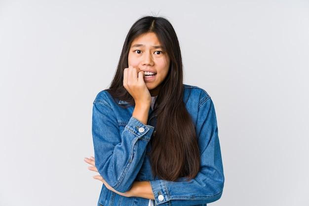 Giovane donna asiatica che si morde le unghie, nervosa e molto ansiosa.