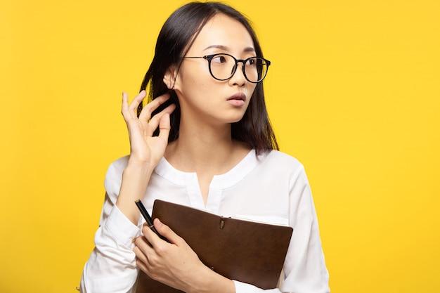 Giovane donna asiatica sulla posa blu, emozione differente