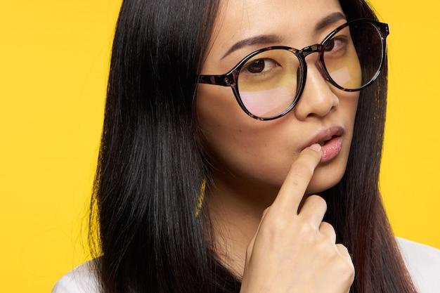 Giovane donna asiatica sulla posa blu, emozioni differenti