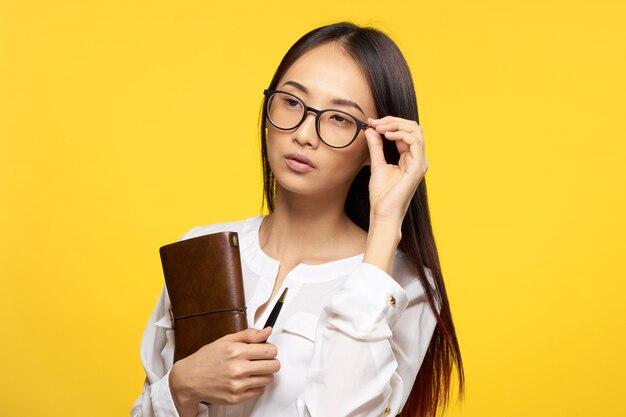 Giovane donna asiatica su uno spazio blu in posa, emozioni diverse,