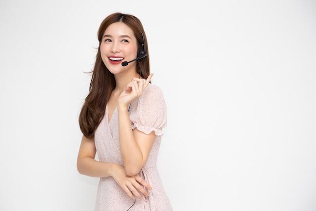 Call center giovane donna asiatica isolato su sfondo bianco.