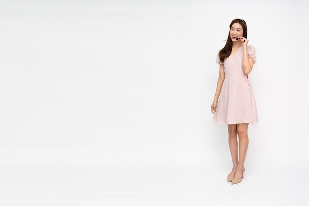 Call center della giovane donna asiatica isolata
