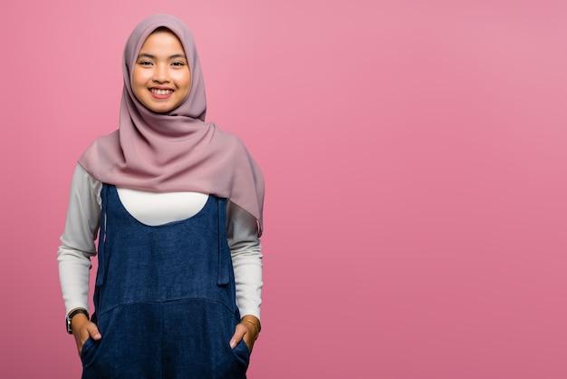 Fiducia della giovane donna asiatica e sguardo felice