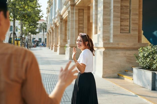 Giovane donna asiatica addio al fidanzato, stile di vita di libertà e relax in vacanza concept