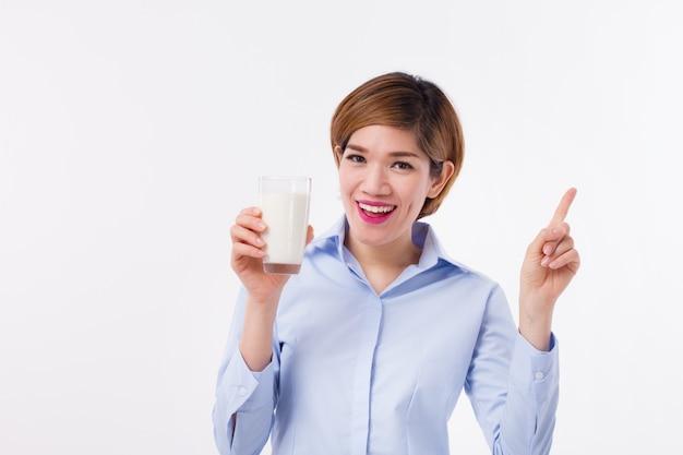 Giovane donna asiatica che tiene un bicchiere
