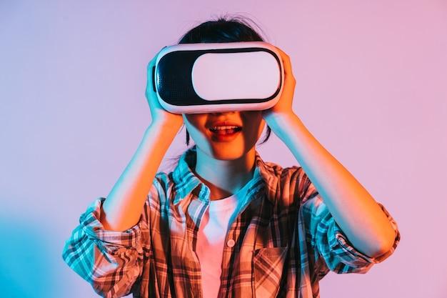 La giovane donna asiatica indossa occhiali vr per sperimentare la tecnologia della realtà aumentata