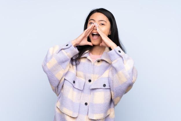 Giovane donna asiatica sopra fondo isolato