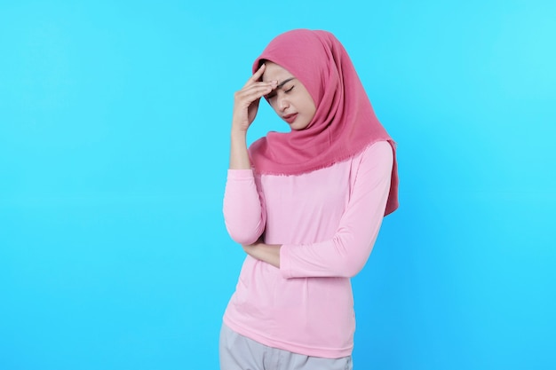 Giovane donna asiatica isolata su sfondo blu che sembra un'idea pensante e un'espressione confusa dubbiosa