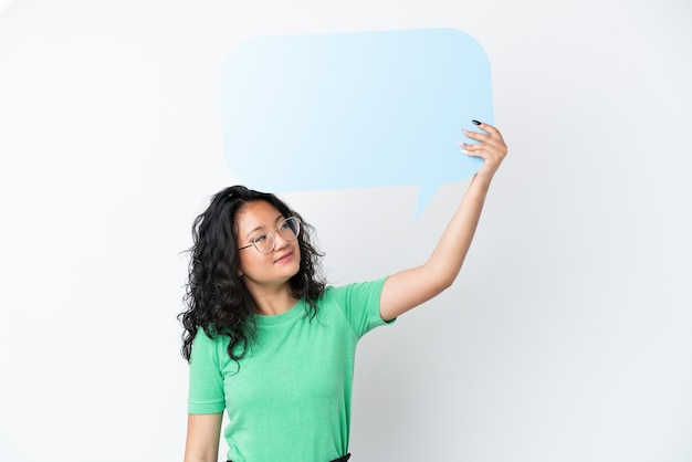 Giovane donna asiatica isolata su fondo bianco che tiene un fumetto vuoto