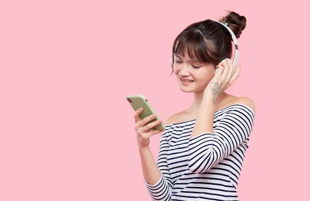 Musica d'ascolto della giovane donna asiatica