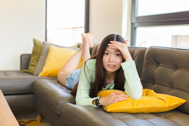 Giovane donna asiatica in preda al panico per una scadenza dimenticata, sentendosi stressata, dovendo coprire un pasticcio o un errore