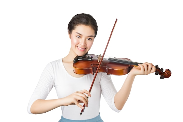 Giovane donna asiatica che suona il violino isolato su bianco.