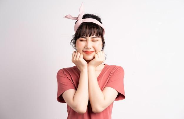 Giovane donna asiatica in posa su bianco