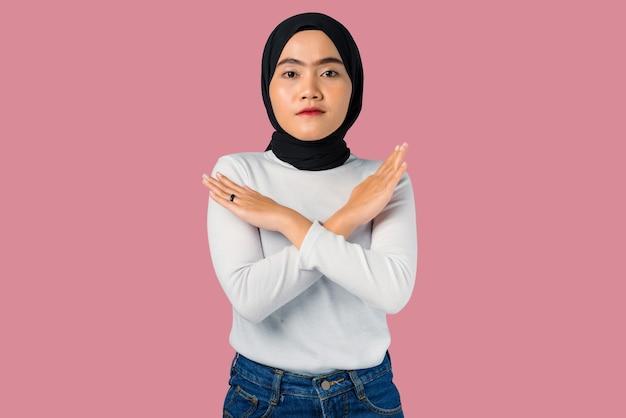 Espressione di rifiuto della giovane donna asiatica che attraversano le braccia facendo segno negativo