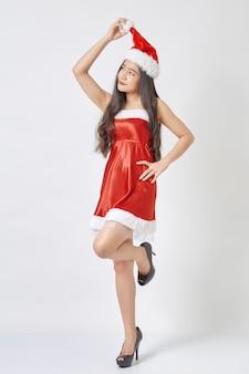 Giovane donna asiatica in cappello di santa su bianco