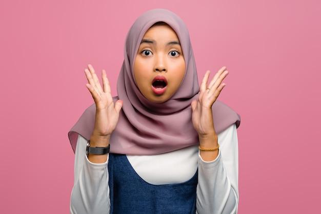 Giovane donna asiatica scioccata con la bocca aperta